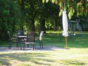 Jedes Appartment hat seinen privater Freisitz mit Tisch und 4 Stühlen, Sonnenliegen, Sonnenschirm