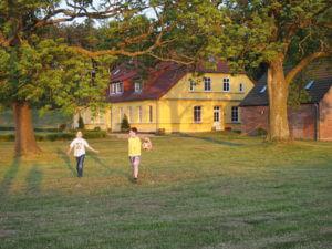 Großes Fussballtor hinter dem Haus