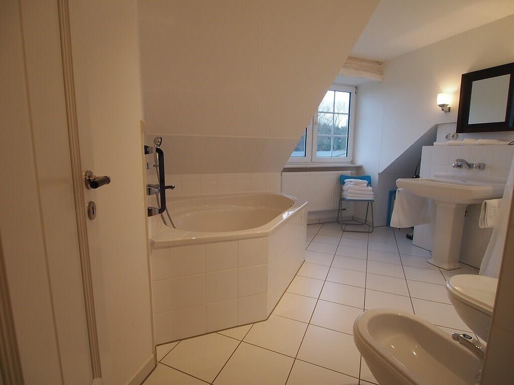 Badezimmer mit Eckbadewanne – Gut Rattelvitz