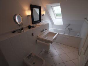 Badezimmer mit Badewanne, Dusche , WC und Bidet