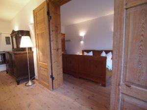 Blick in das erste Schlafzimmer der Parterrewohnung