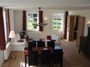 Wohnen-Esszimmer mit Kamin und Zugang zum Freisitz