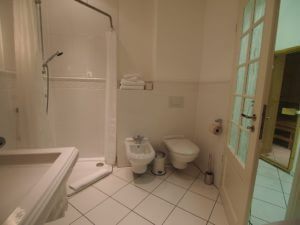 Badezimmer mit Dusche, Wanne, WC und Bidet