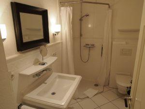 Dusch-Bad mit WC und Zugang zur Sauna