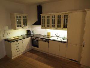 Voll ausgestatte offene Küche
